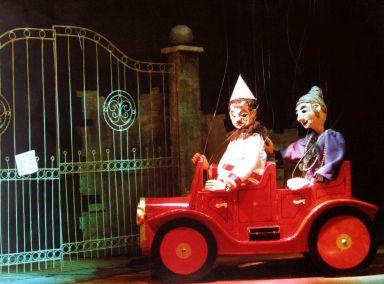 """Een scène uit het eerste bedrijf  van """"Het Spookkasteel"""" (nieuwe versie) met Pierke en tante Eulalie."""