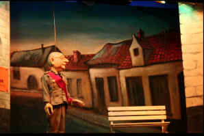 """een sfeerbeeld uit """"In de Greep van de Flurk"""" : Koning Albert op zoek naar een dak boven zijn hoofd..."""
