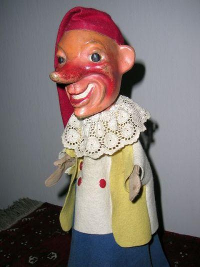 """De """"Kasper""""-figuur die M.A.J. Hoste gebruikte. Deze pop is duidelijk afkomstig van de reeks handpoppen die Harro Siegel maakte en die verkocht werden tijdens de tweede wereldoorlog. Hoste kreeg de pop van iemand ten geschenke en heeft ze zeer veel gebruikt."""