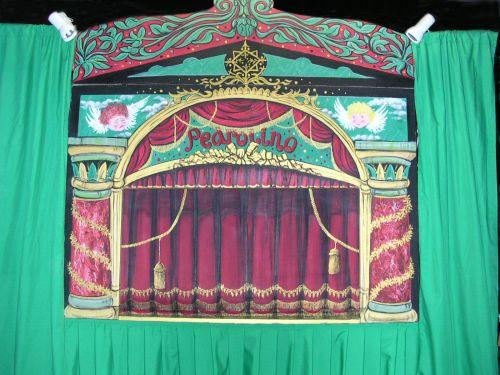 """De façade van het reizend """"mini-theater"""""""