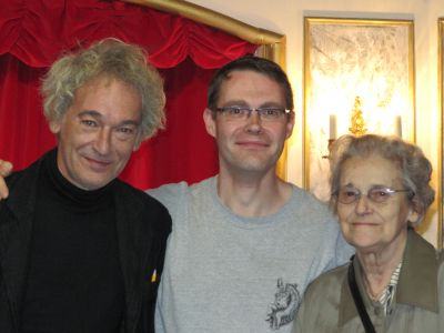 Misjel Vermeiren, Dieter Vanoutrive en Simonne Pollet  voor het vast theater van Pedrolino bij een bezoek in september 2009