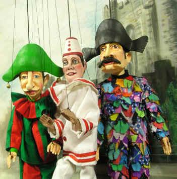 de drie hoofdfiguren van het Gentse Poppenspel : vlnr Karelke den bult, Pierke de Bakker en Loewie de Lapkensdief
