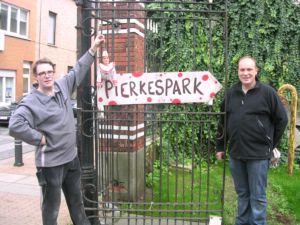 Poppenspelers Dieter Vanoutrive en Jan Hanssens met Pierke bij de ingang van het Pierkespark in de Reinaertstraat te Gent