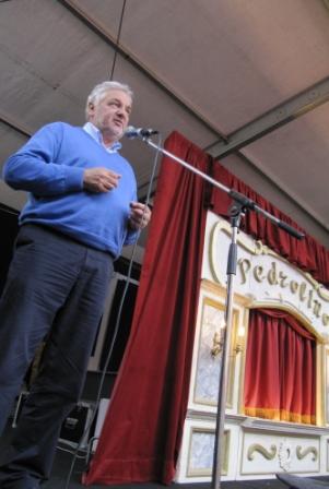 Schepen van Cultuur Lieven De Caluwe opent het Puppetbuskersfestival na de voorstelling van Pedrolino
