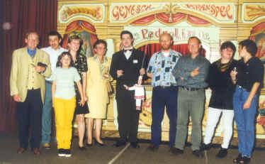 Poppenspelers uit drie gezelschappen (Festival, Pedrolino en De Nar) n.a.v. de opening van het zaaltje van Pedrolino in het Ros Beyaerd