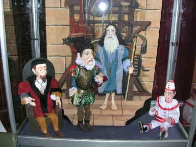 """Op de tentoonstelling stelde Pedrolino enkele poppen uit haar jubileumproductie """"de Tijdmachine"""" ten toon"""