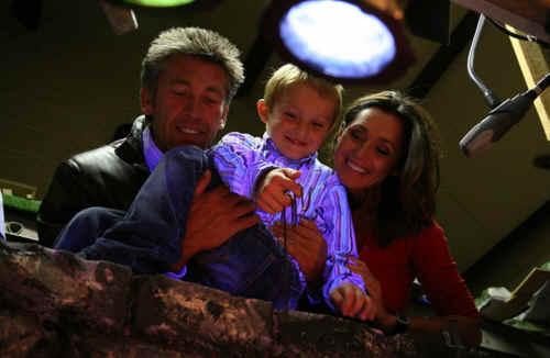 van rechts naar links : Wendy Van Wanten, zoontje Clement en kandidaat Curd achter de schermen bij Pedrolino